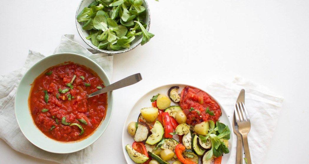 Geroosterde-groenten-met-pittige-tomatensaus
