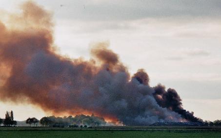 stal in brand met grote rookpluim
