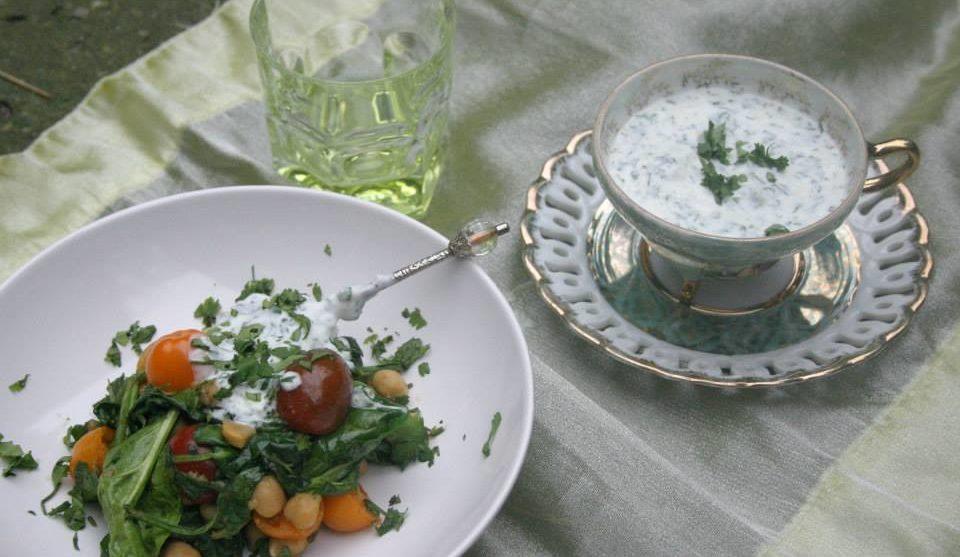Kikkererwtensalade-met-koriander-knoflooksaus