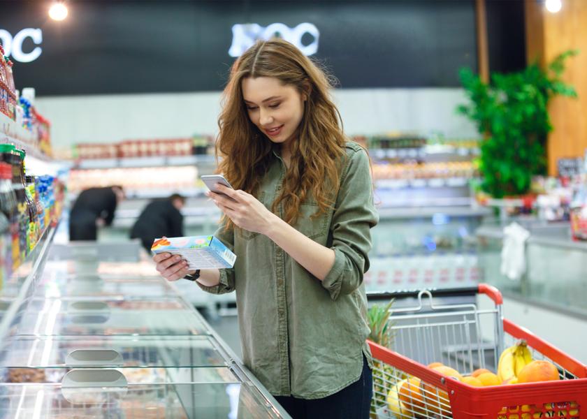beeld vrouw in supermarkt winkelen