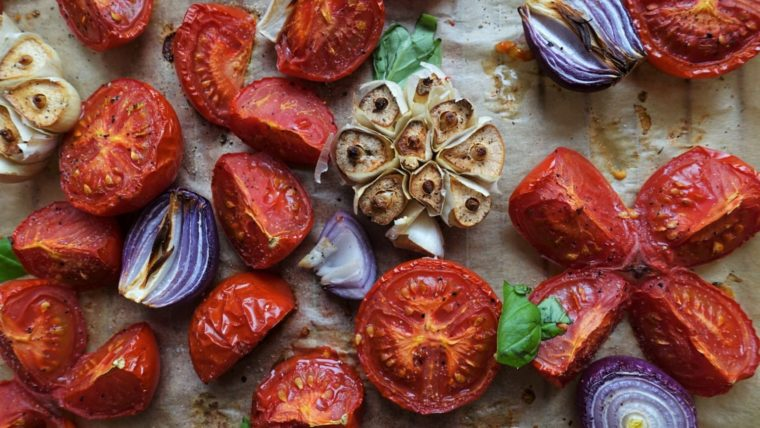 beeld zoete tomaten uit de oven met rode ui