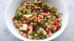 Beeld Salade van kikkererwten, granaatappel en munt - Wakker Dier