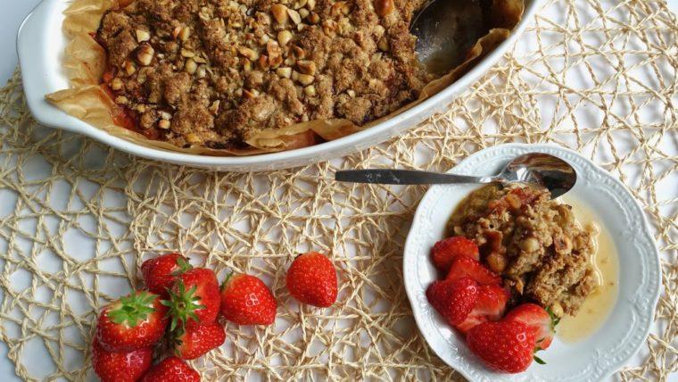 Beeld Rabarber crumble met aardbeien - Wakker Dier