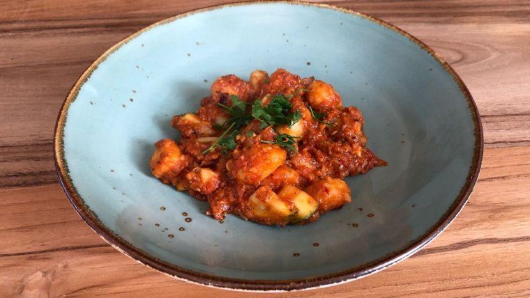Beeld: Gnocchi met pittige rode saus en falafel - Wakker Dier