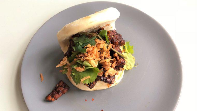 Bao bun met gebakken tempeh, gebakken uitjes en koriander - Wakker Dier