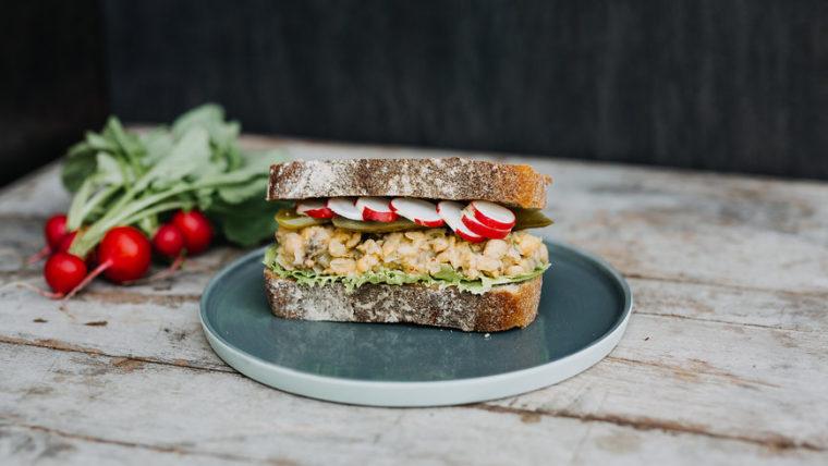 Sandwich met frisse kikkererwtenspread - Wakker Dier