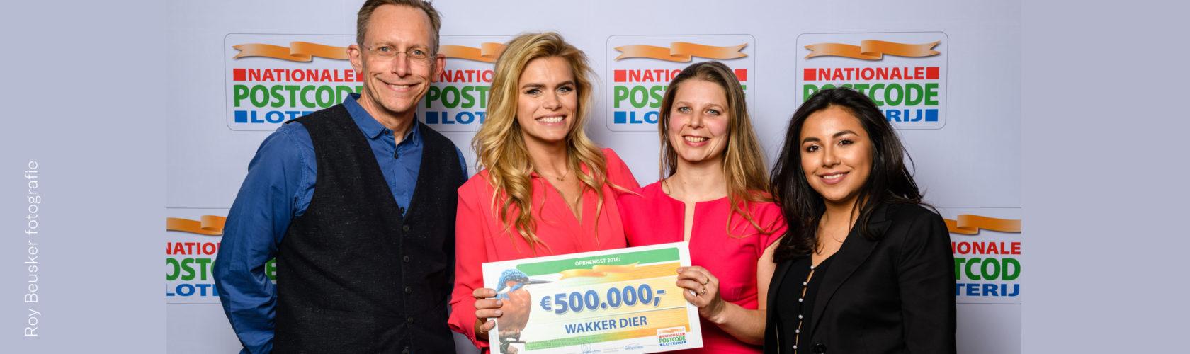 Beeld: uitreiking cheque aan Wakker Dier door Nationale Postcode Loterij