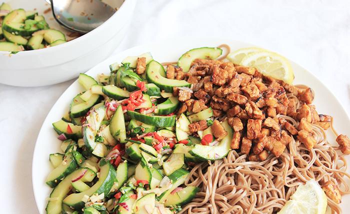Noedels met Koreaanse komkommer salade