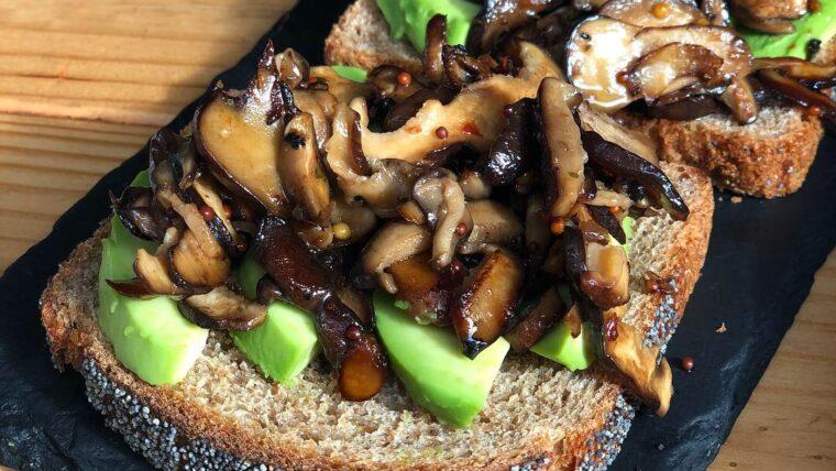 Avocado toast met gebakken paddenstoelen