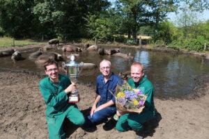 beeld: familie Overesch wint de prijs voor de mooiste modderpoel