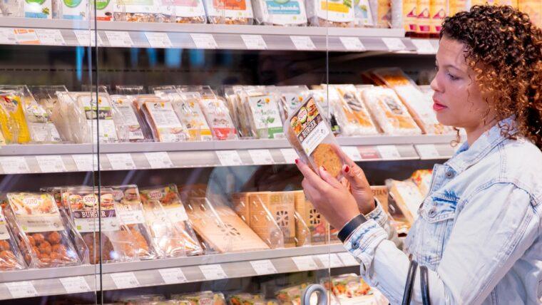 beeld vrouw koopt vleesvervanger