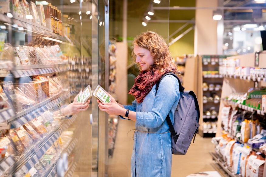 beeld vrouw in supermarkt