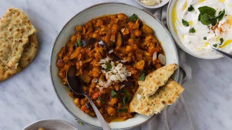 Indiase auberginecurry met raita en amandelen – Wakker Dier