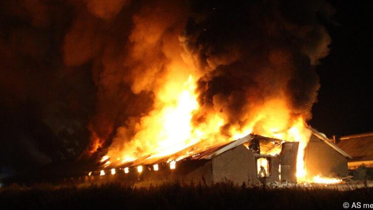 Grote uitslaande brand in kippenschuur, 16.000 kippen omgekomen, Bunschoterweg – N806 in Nijkerk