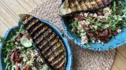 Bulghur met gegrilde aubergine en za'atar, kikkererwten, gerookte amandelen