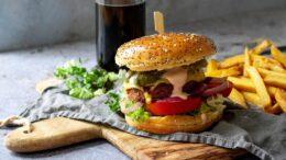 Vega burger met hamburgersaus en friet