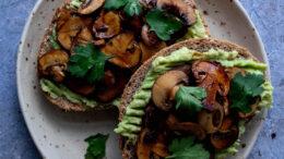 toast-met-avocado-en-champignons1